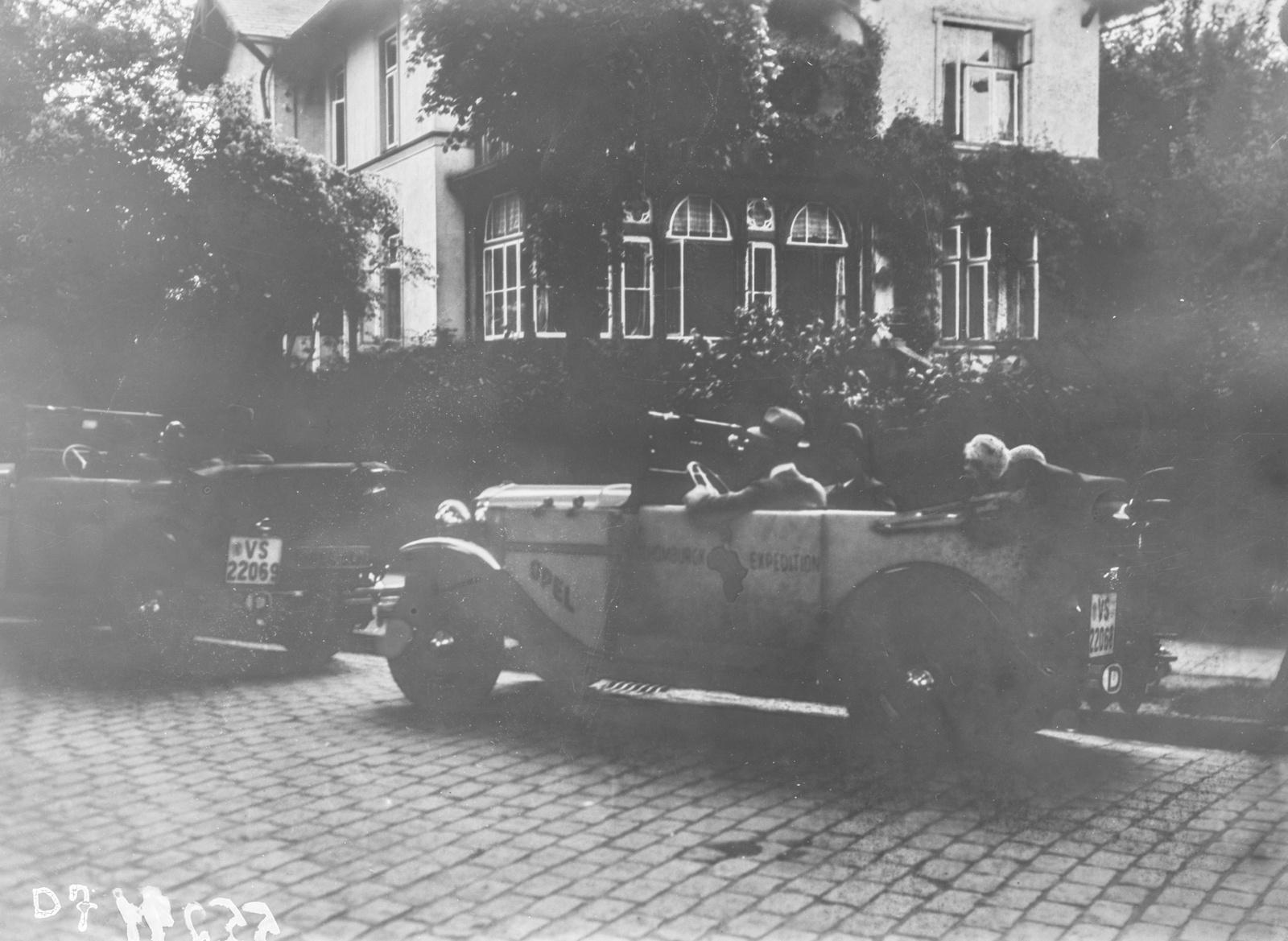 Гамбург. Два автомобиля экспедиции перед домом