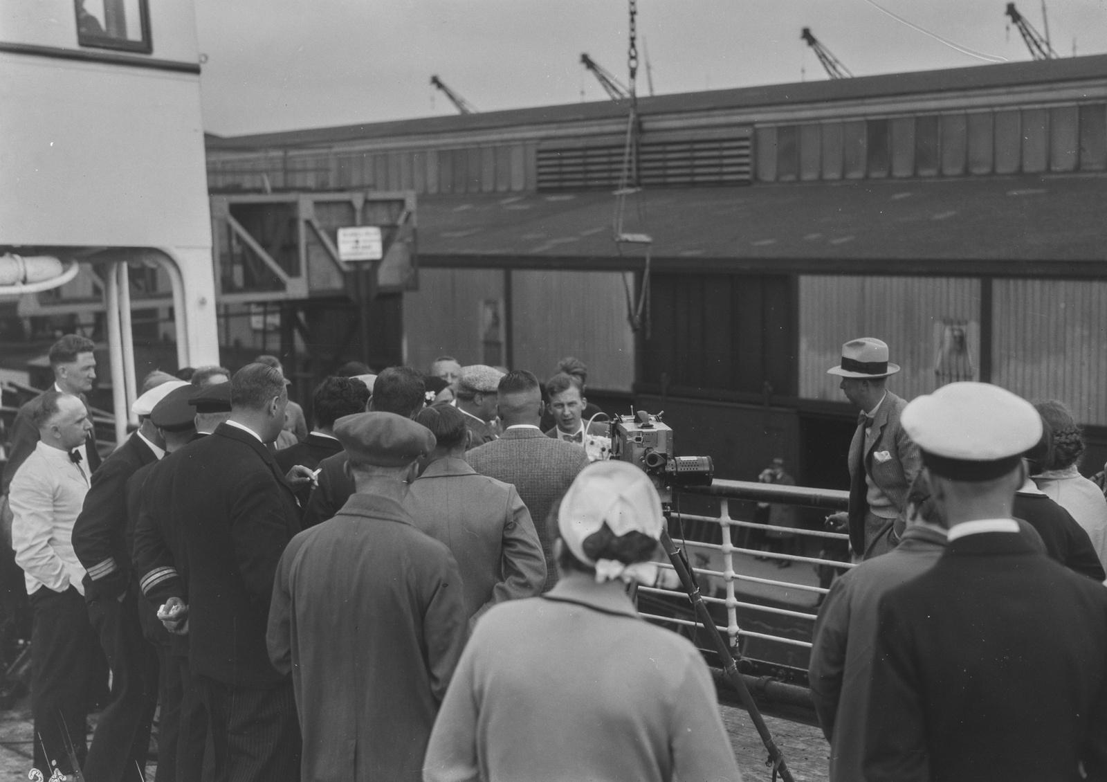 Роттердам. Группа людей стоит на корабле, собравшись вокруг камеры