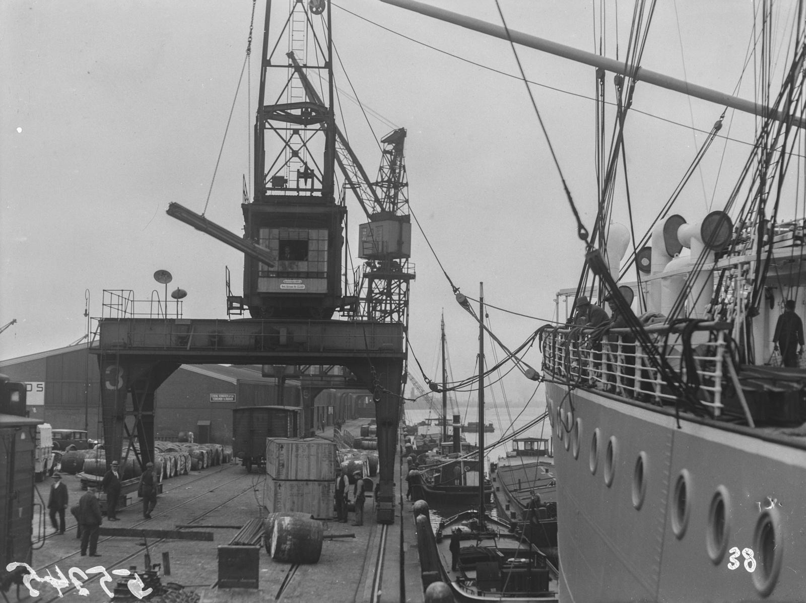 Антверпен. Вид на порт Антверпена с пароходом, краном и причалом