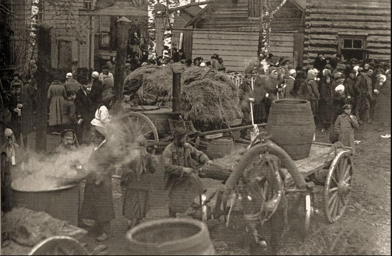 1921. Выдача обедов рабочим, занятым на огородных работах, с походной кухни