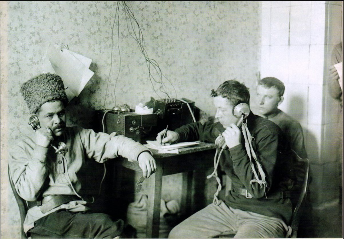 1921. Группа работников штаба обороны на телефонной станции. Новый Петергоф
