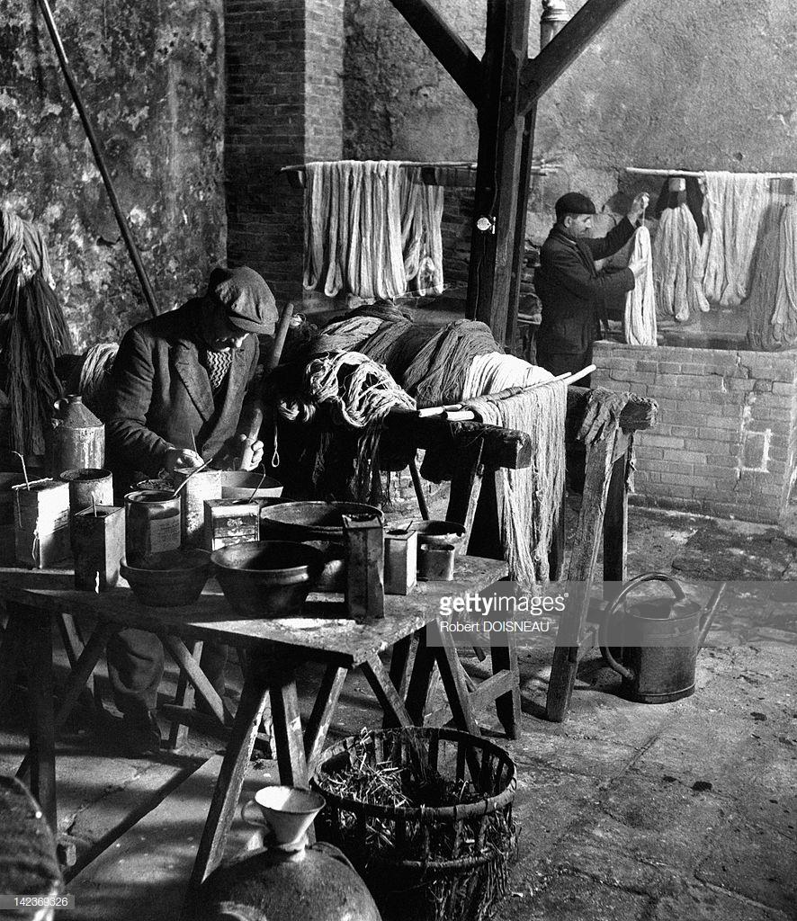1945. Люди, работающие в одной из мастерских Обюссона