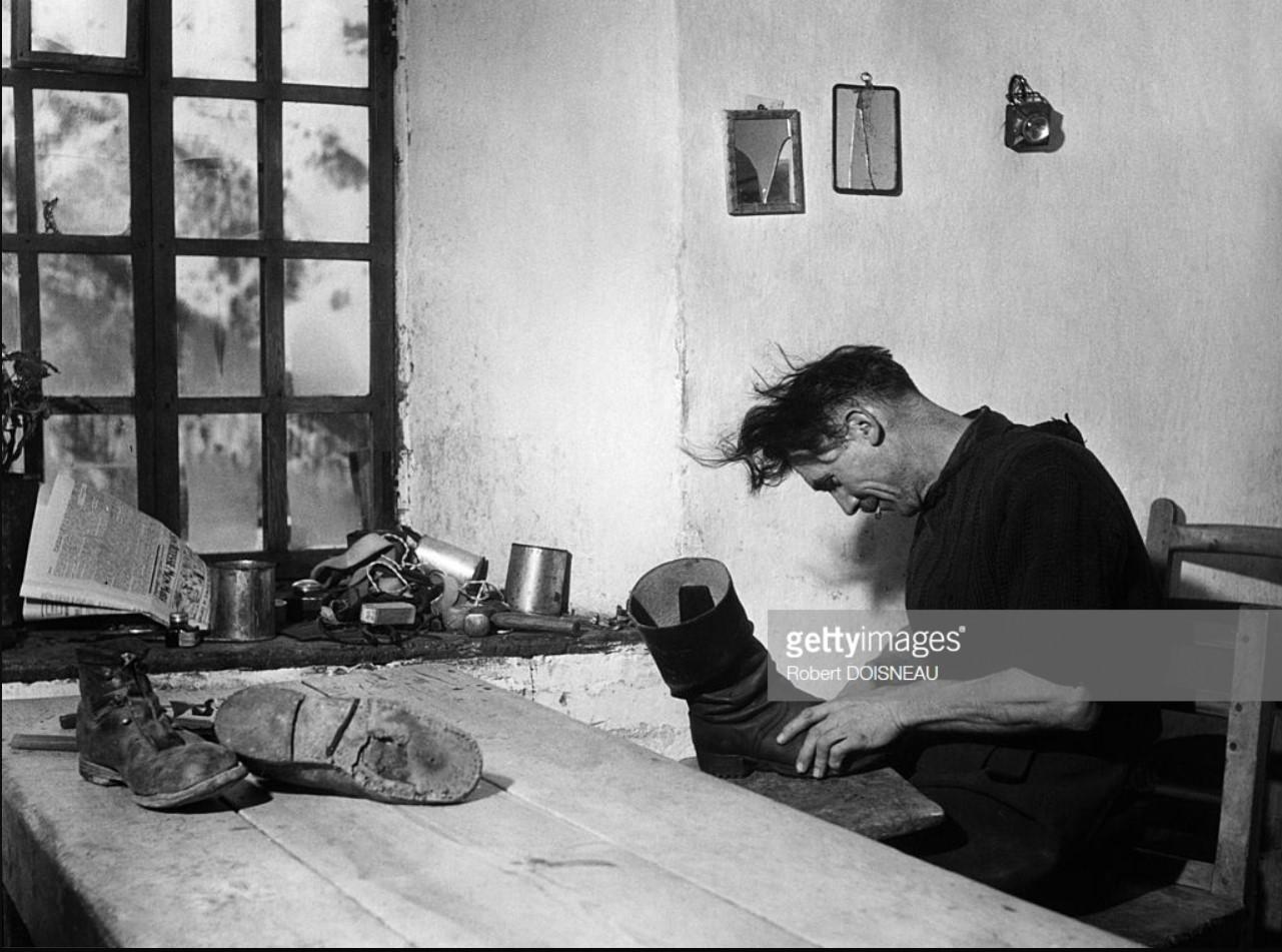 1948. Сапожник, работающий над парой сапог в Сен-Веране