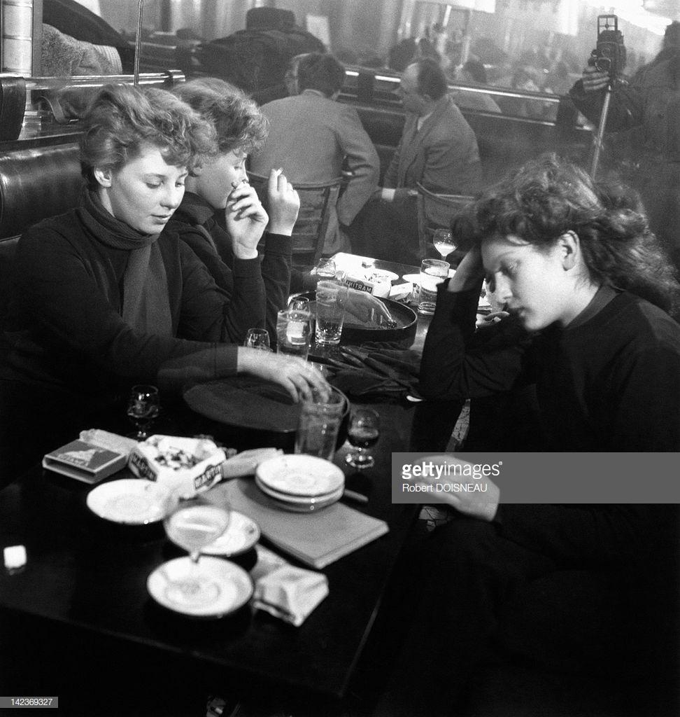 1950. Французская актриса Эдит Перре и Эдди де Ре в кафе в Сен-Жермен-де-Пре, Париж