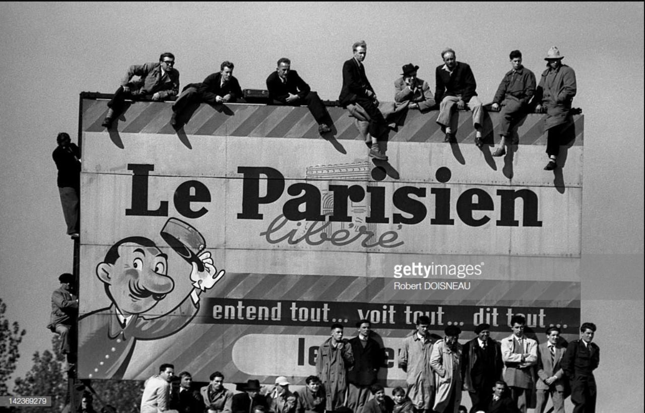 1952. Болельщики сидят на огромном рекламном щите, наблюдая за финалом Кубка Франции по футболу Ницца против Бордо. Это первая игра, которая будет транслироваться в прямом эфире