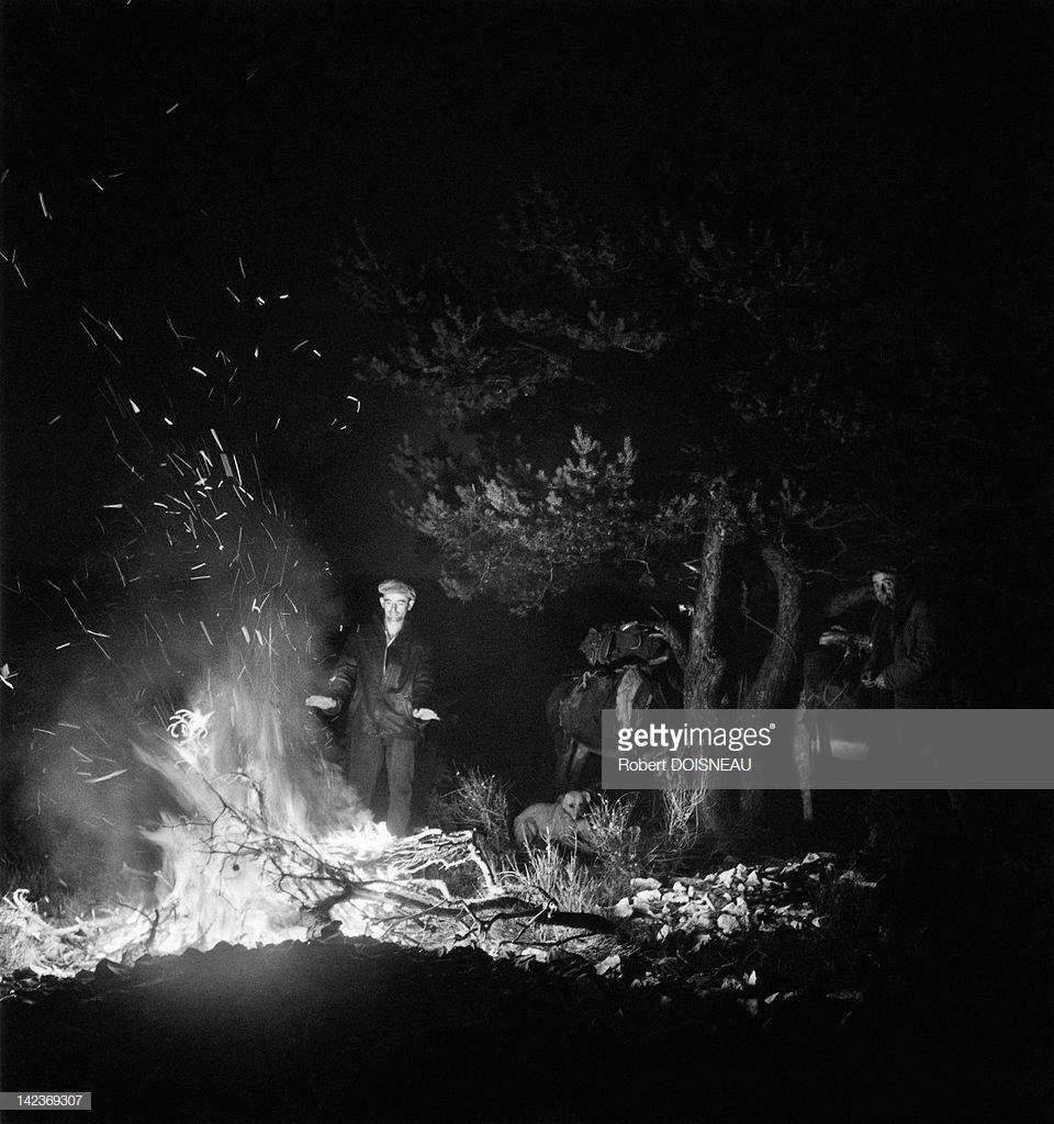 1958. Ночной костер во время сезонного перехода на летние пастбища в июле