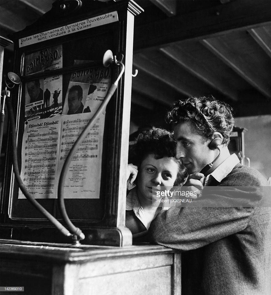 Двое молодых людей слушают музыку на фонографе