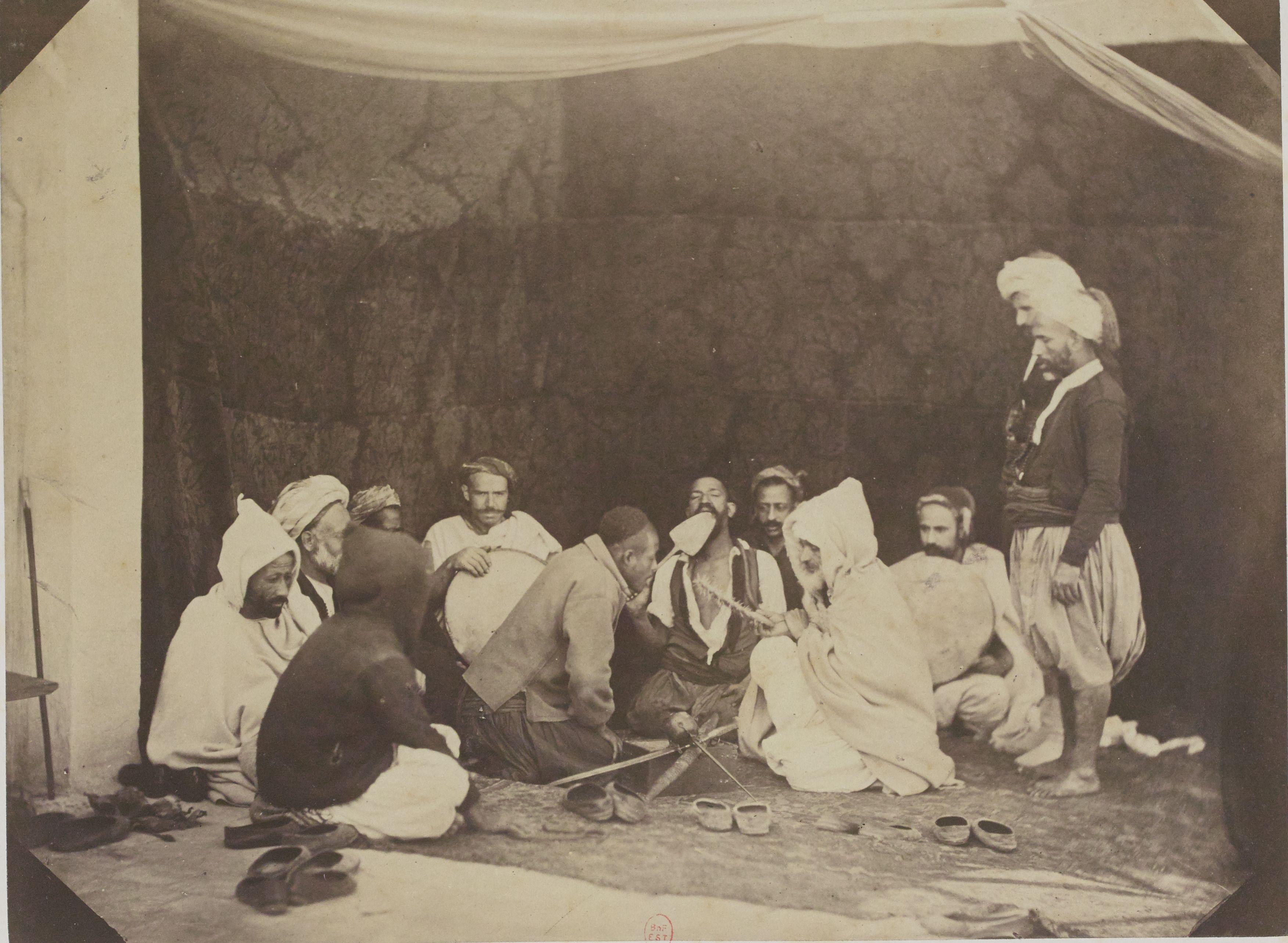 16. Айссауа (суфийский орден заклинателей змей), последователи марабуны Сиди-Мухаммед бен Аисса, чья гробница находится в Мекинасе (Марокко)