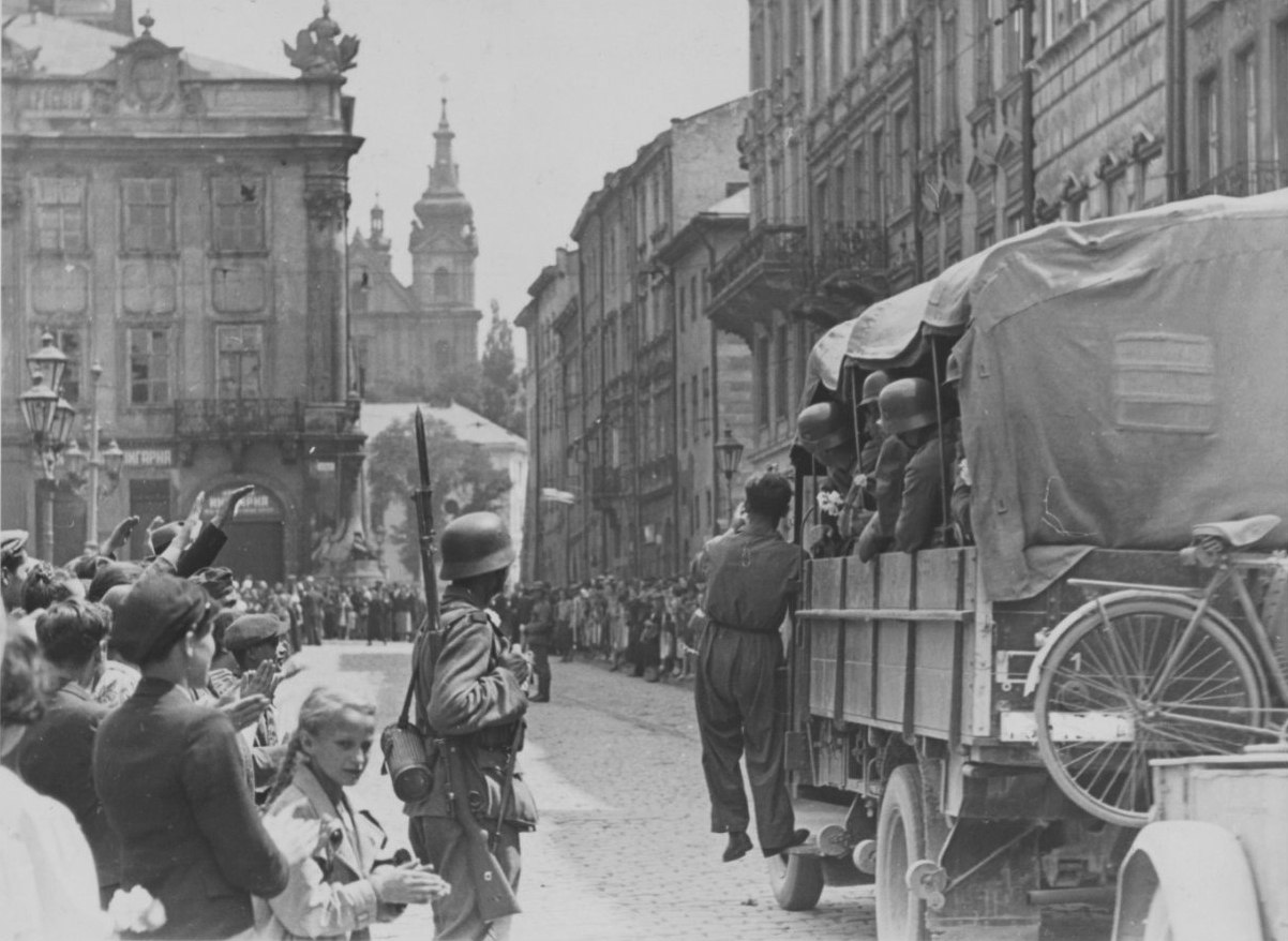 Жители Львова приветствуют автоколонну немецких войск на улице города, июнь - июль 1941