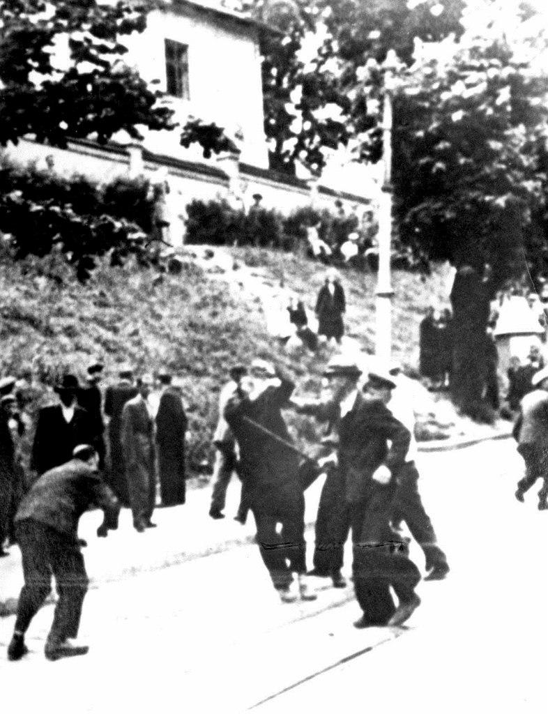 Бойцы милиции ОУН бьют евреев палками на улице Коперника во Львове, 30 июня-3 июля 1941