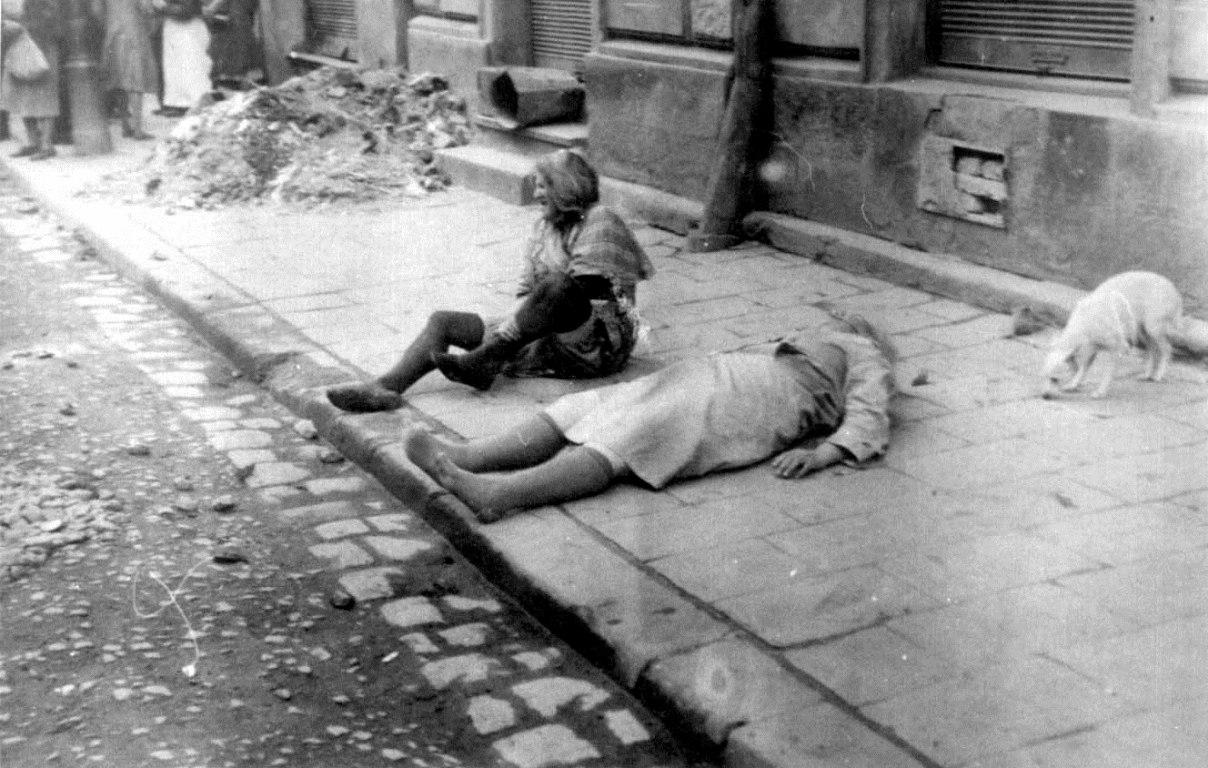 Две пожилые еврейки на улице Львова во время погрома. 30 июня - 2 июля 1941
