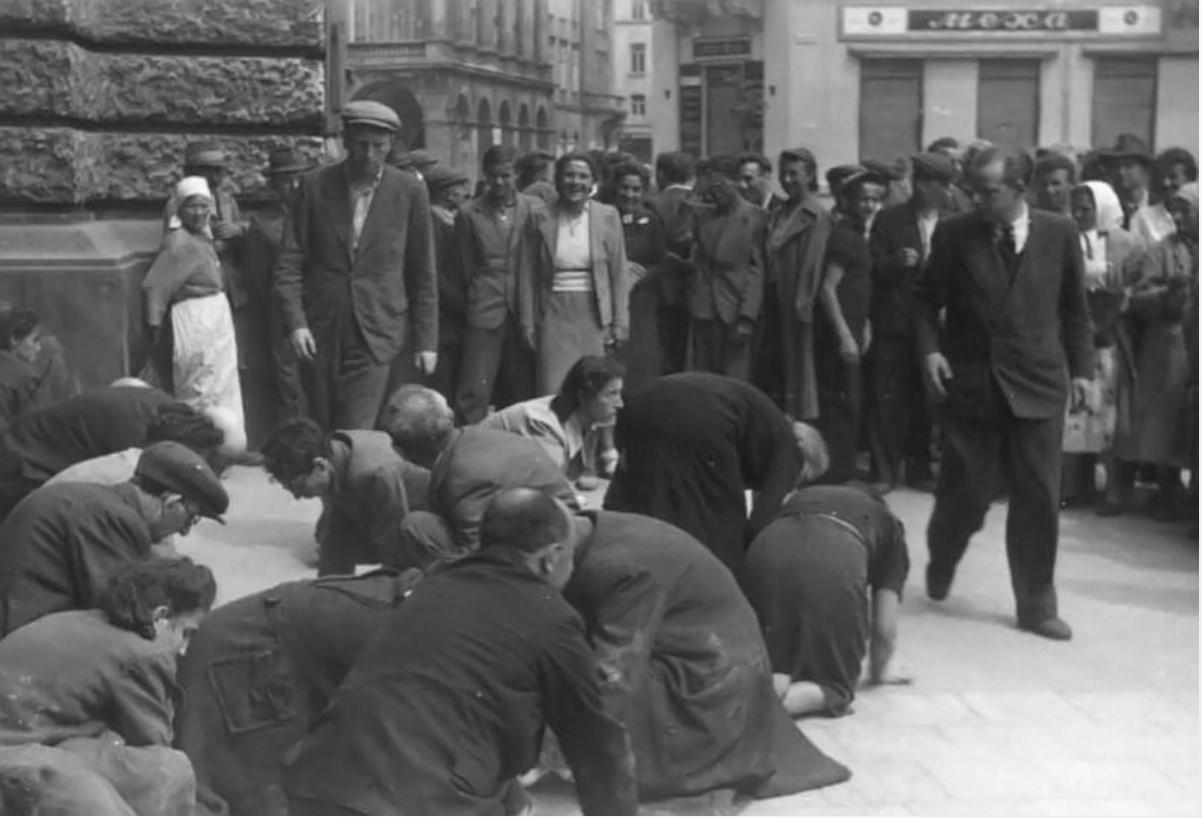 Евреи моют площадь перед Оперным театром, июль 1941