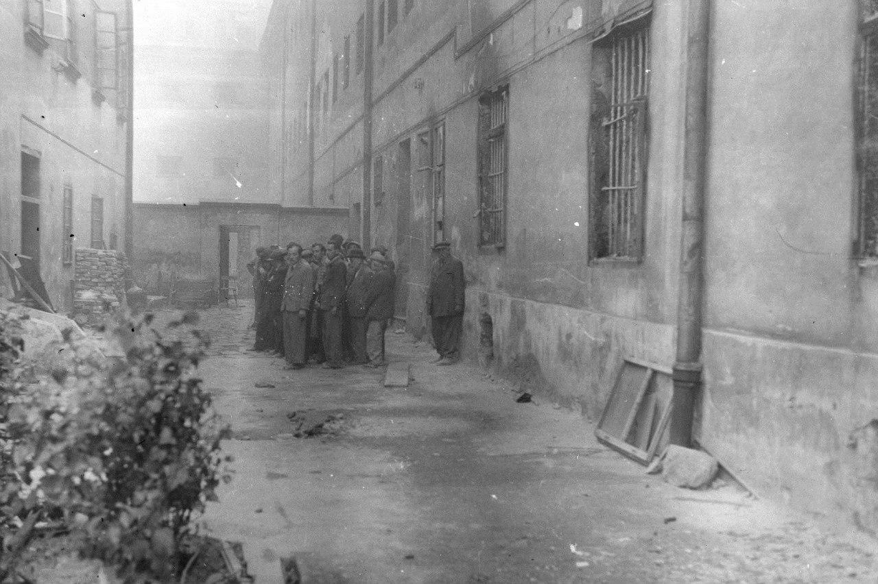 Группа евреев во дворе тюрьмы Львова в ожидании расстрела. 30 июня - 2 июля 1941 года.