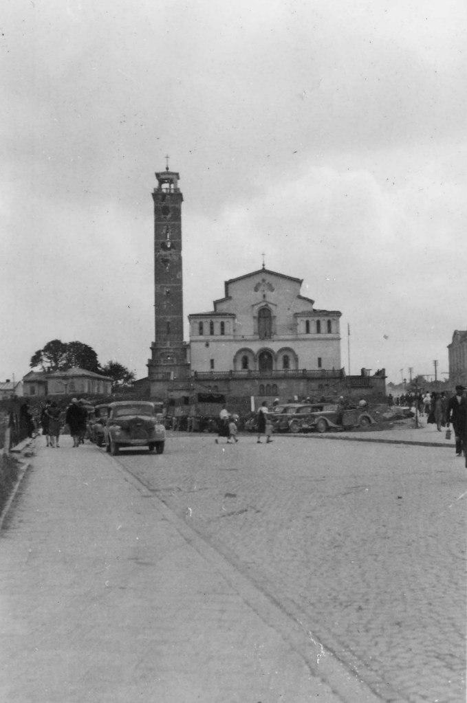 Немецкие автомобили возле здания синагоги во Львове. 1941