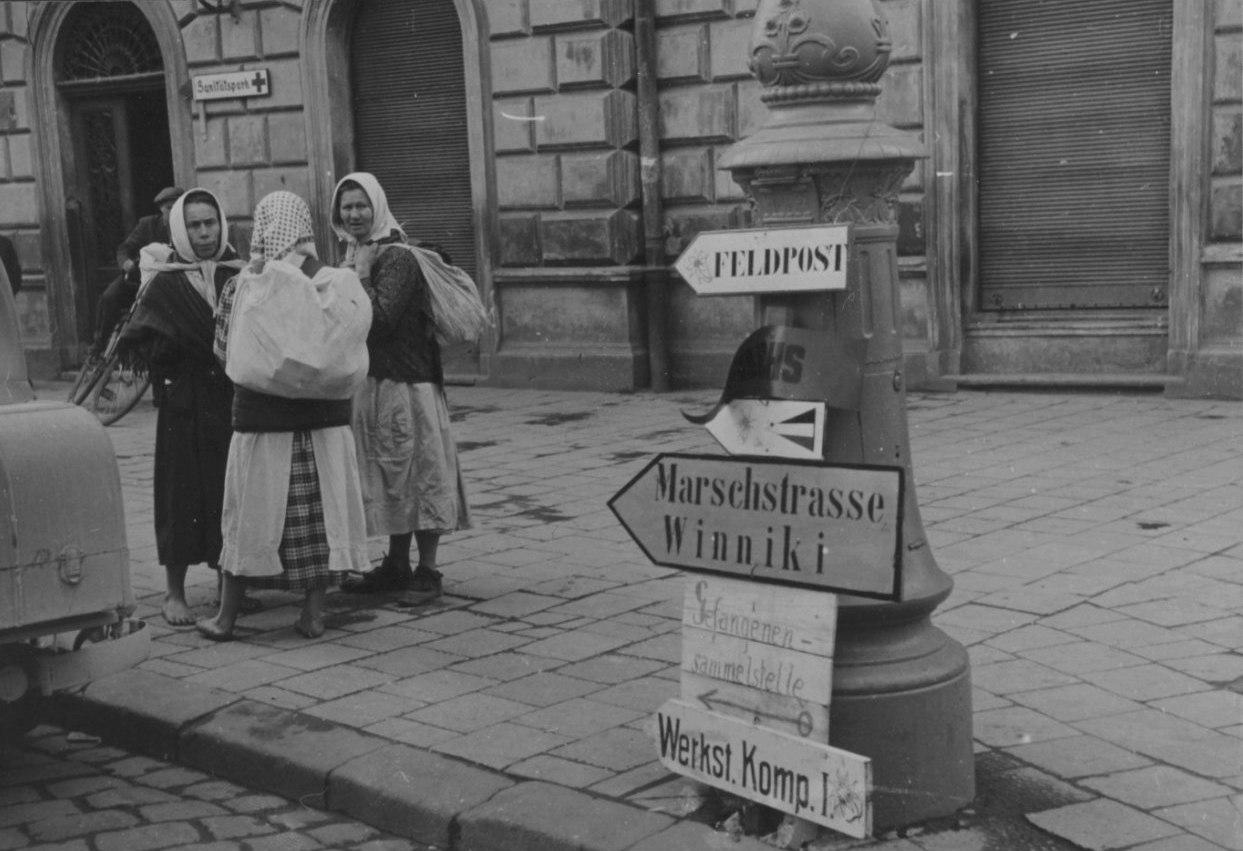 Немецкие дорожные указатели на улице Львова, лето 1941