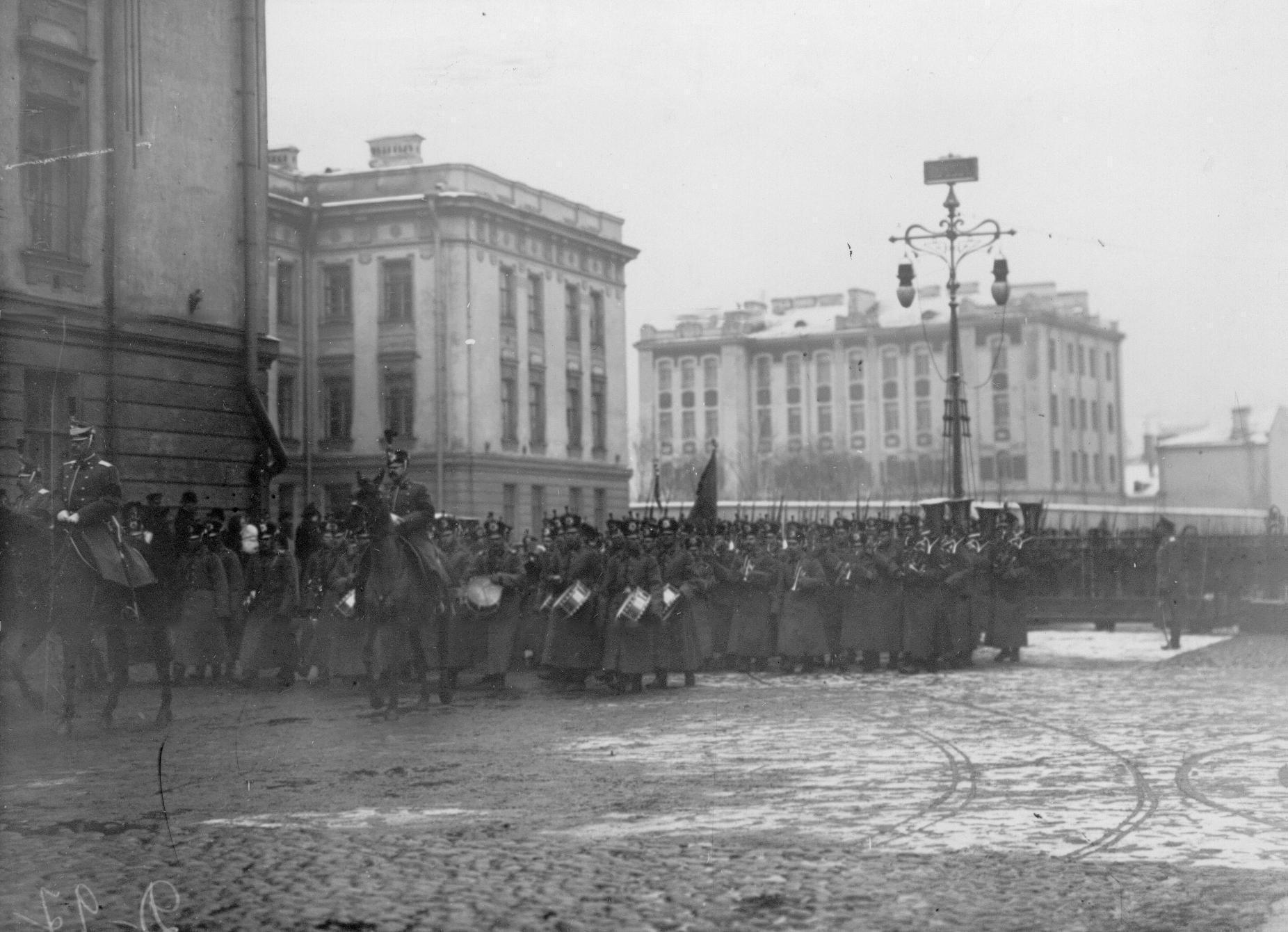 Участники похорон во время переноса праха с Царскосельского вокзала в батальонную церковь