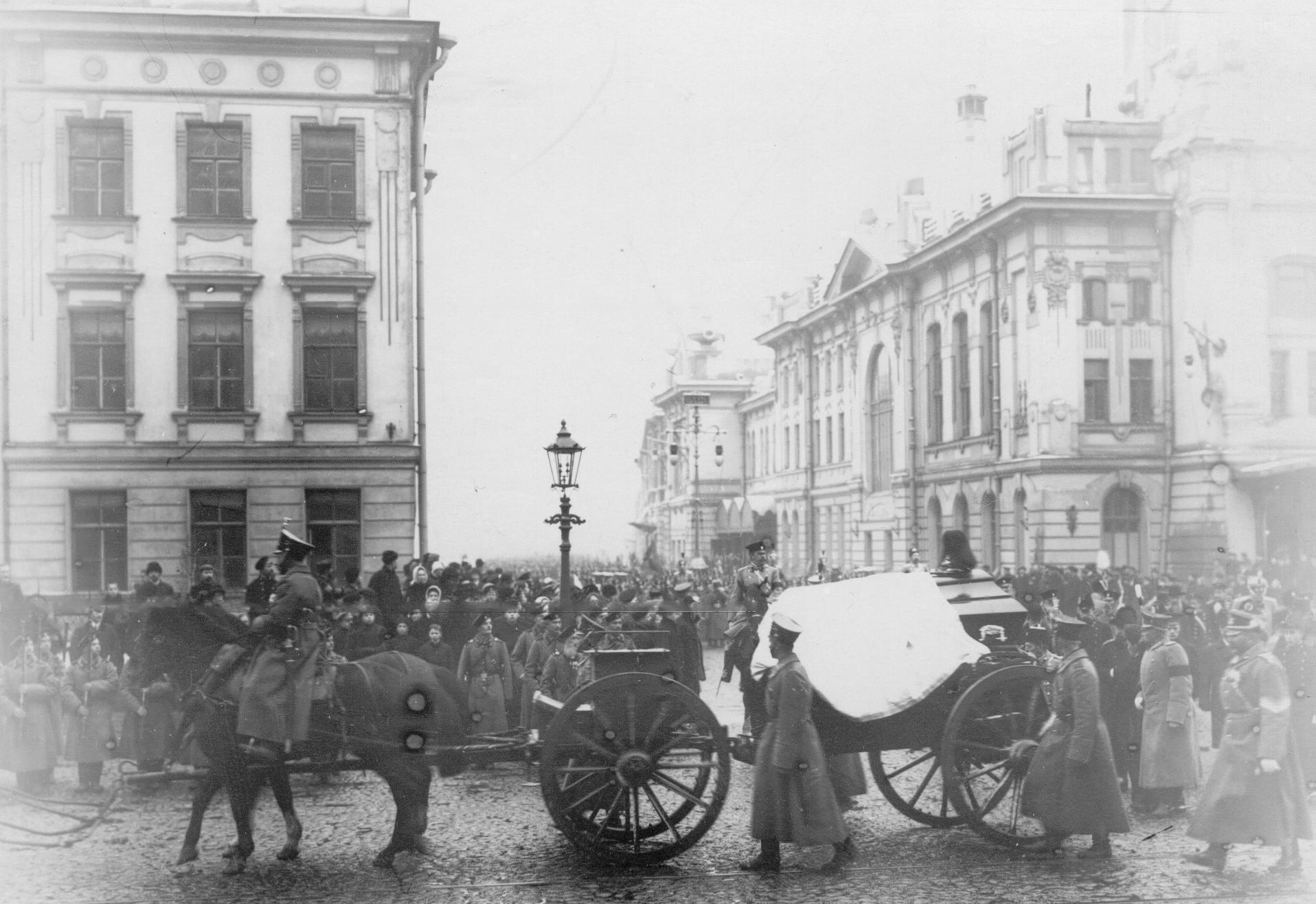 Траурная процессия с гробом Карла Андреевича Шильдера, перевозимым с Царскосельского вокзала в батальонную церковь