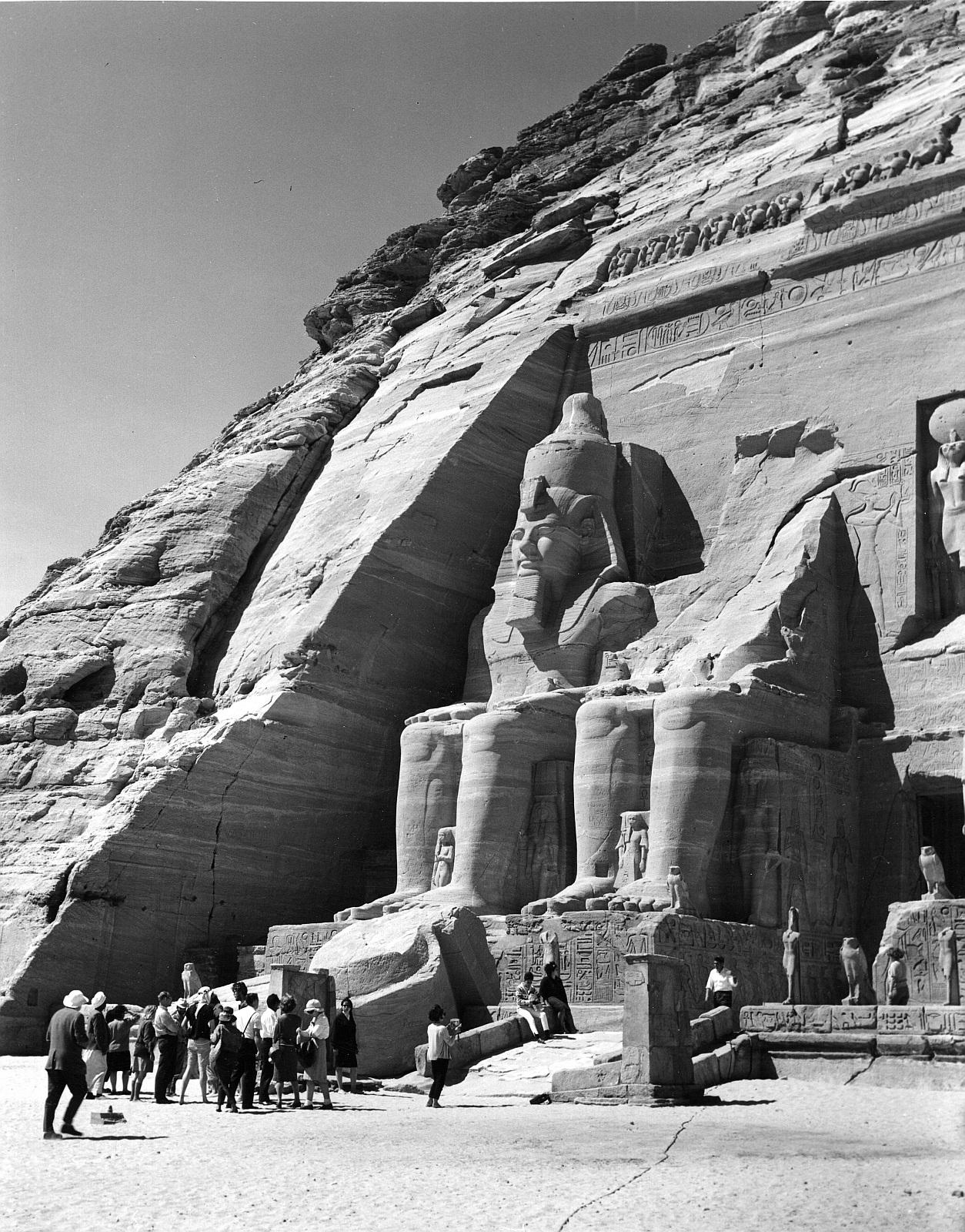 Абу-Симбел. Великий Храм. Частичный вид фасада с двумя южными колоссами
