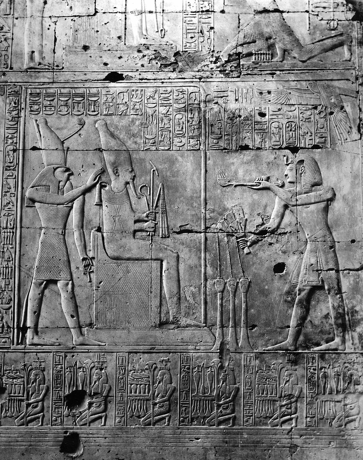Абидос. Храм Сети I.  Рельеф «Осирис и Хорус Сети I совершает воскурение богам»