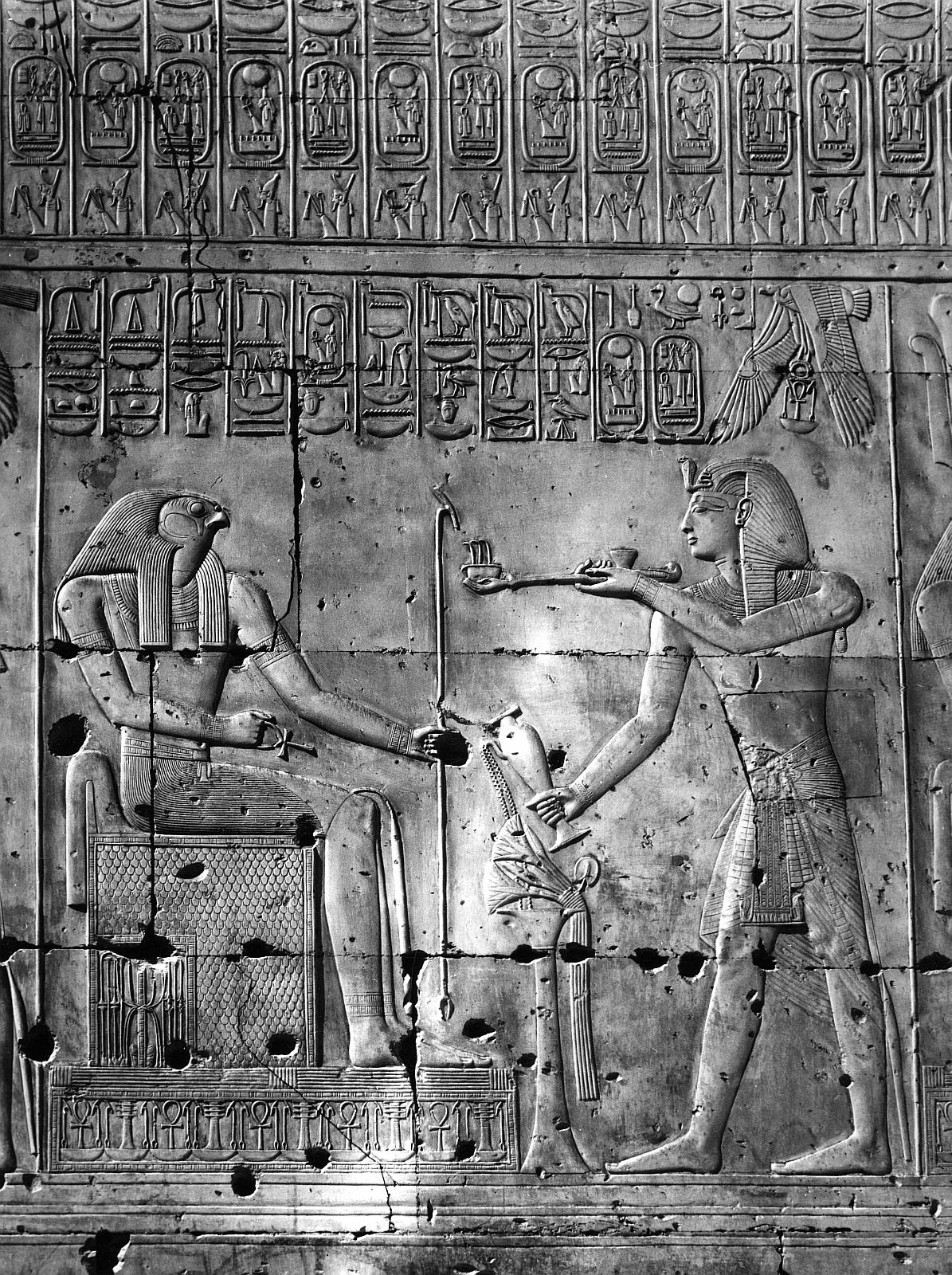 Абидос. Храм Сети I.  Рельеф «Сети I овершает воскурение перед Хорусом»