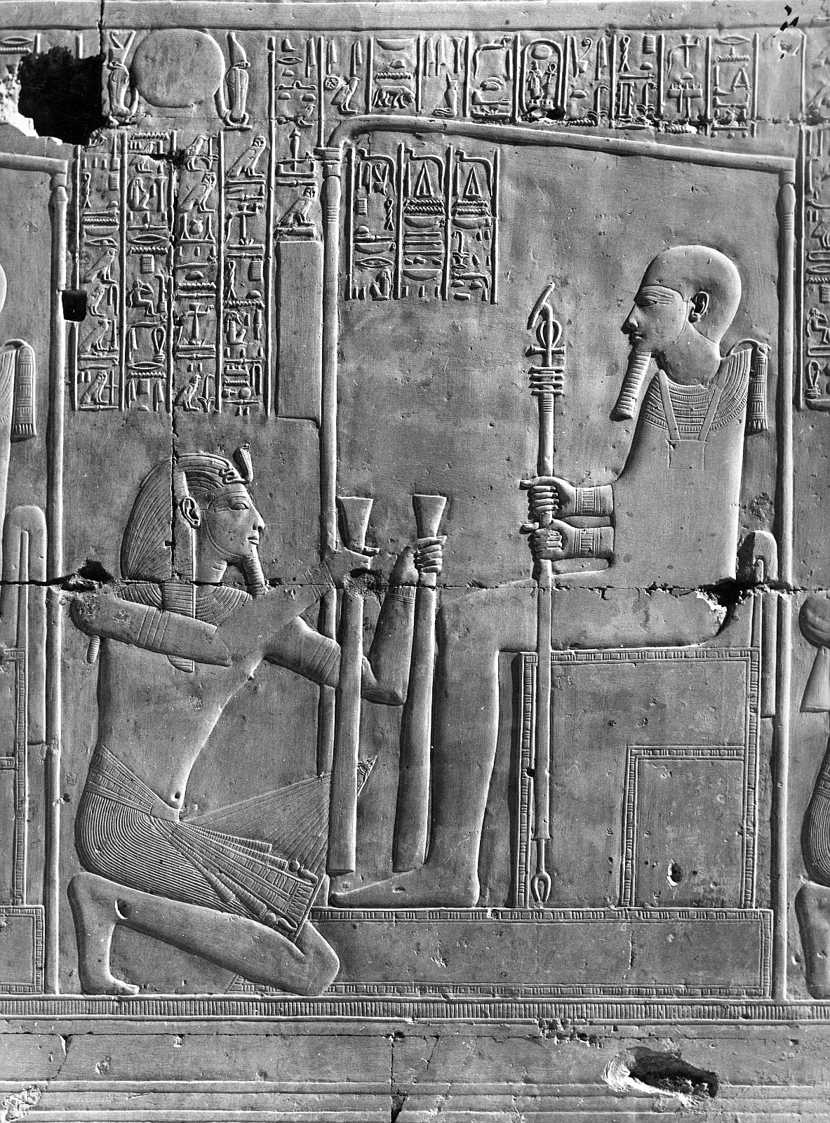 Абидос. Храм Сети I.  Часовня Пта. Рельеф «Сети I, стоящий на коленях перед Пта»