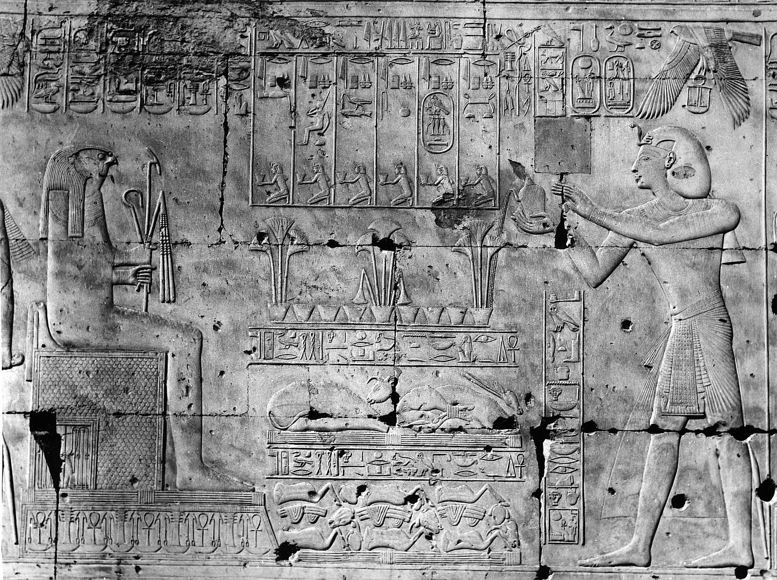 Абидос. Храм Сети I. Рельеф «Сети I делает жертвоприношение Хорусу»