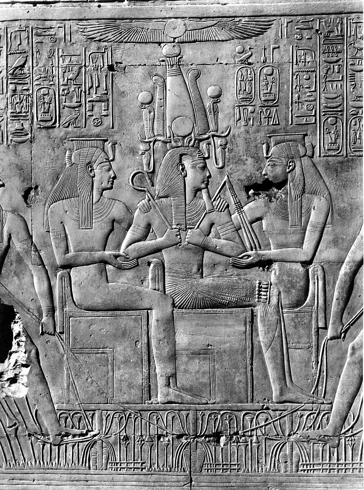 Абидос. Храм Сети I. Рельеф «Сети I с двумя богинями на троне»