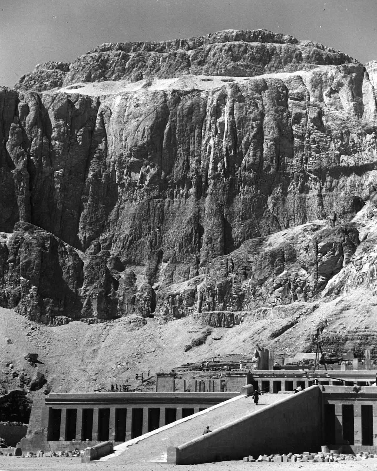 Дейр-эль-Бахари. Храм Хатшепсут. Вид с переднего двора на первый пандус