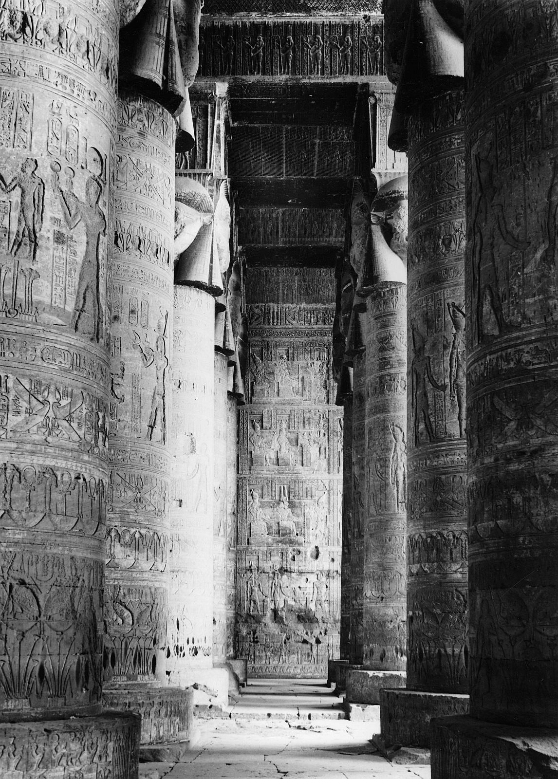 Дендара. Храм Хатхор. Колонны в вестибюле