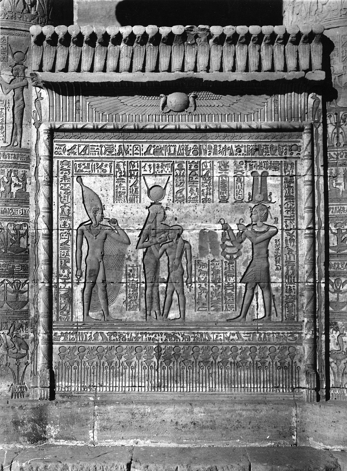 Дендара. Храм Хатхор. Рельеф «Император приносит в дар Хатхор и Хорусу ожерелье» на южной внешней стене