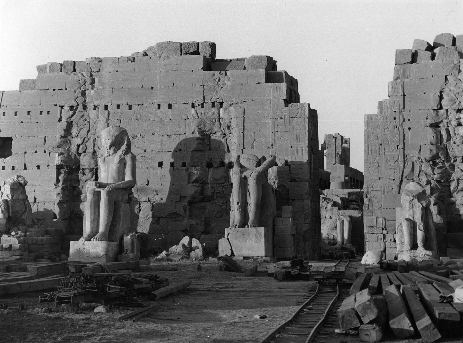 Карнак. Западная половина с двумя колоссальными статуями Аменхотепа I и Тутмоса II