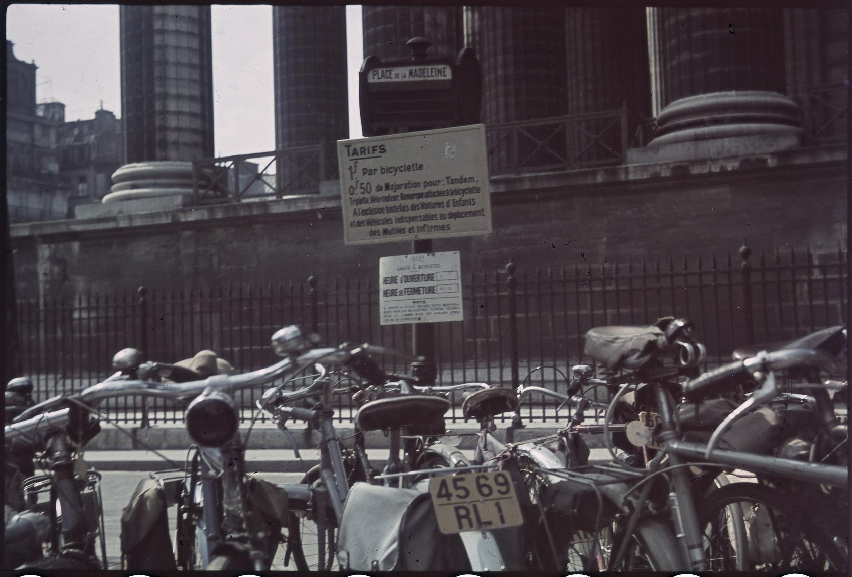 Велосипедная парковка на автобусной остановке. Площадь Мадлен