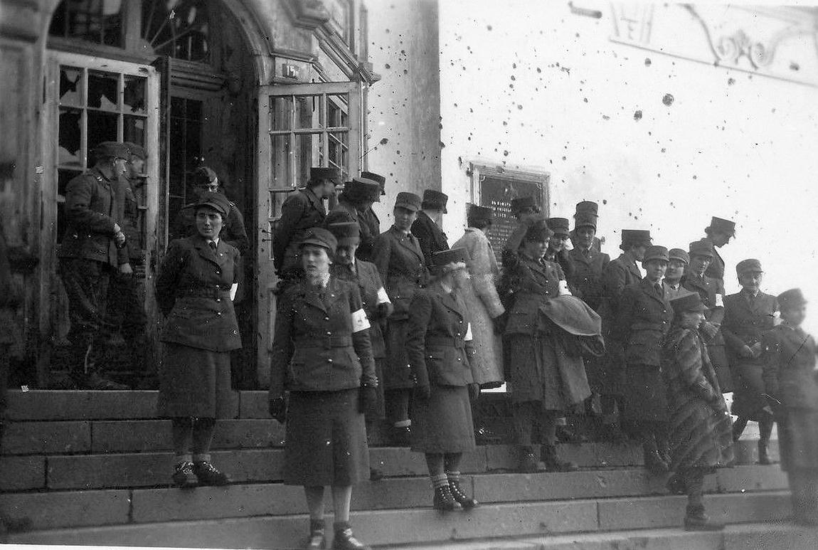 1941.  На крыльце Успенского собора