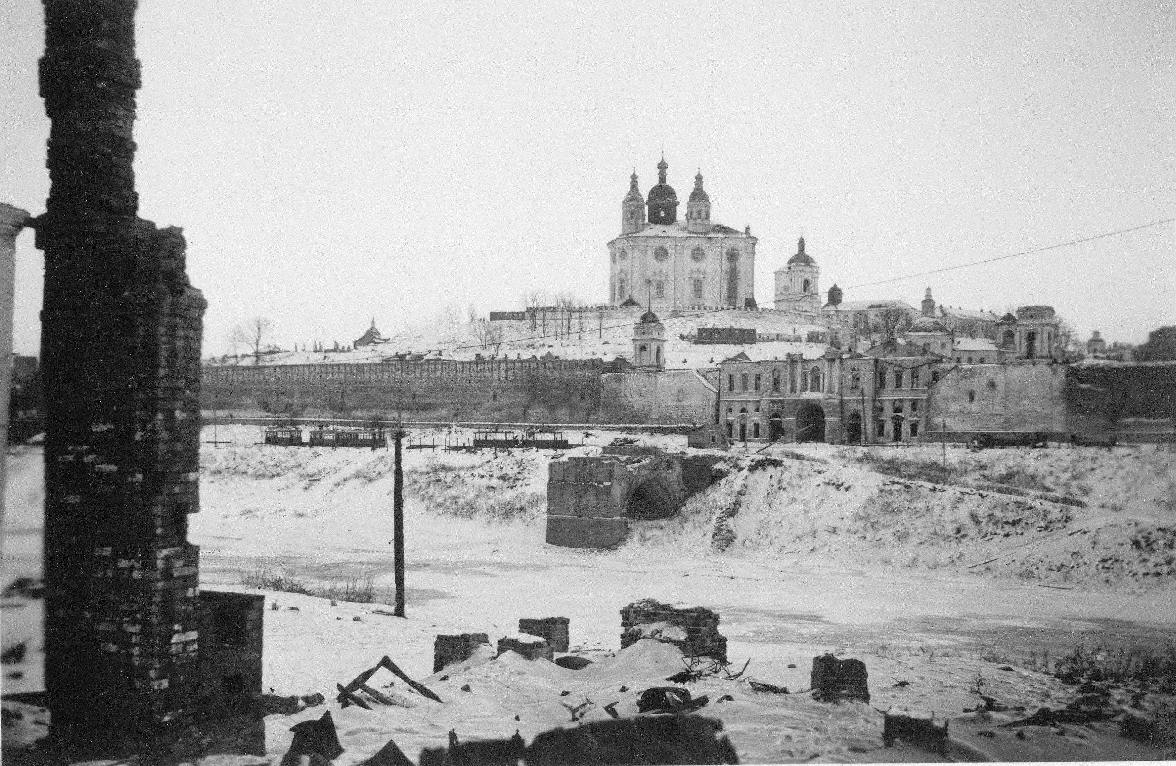 1941.  Вид от Заднепровской набережной на Успенский собор