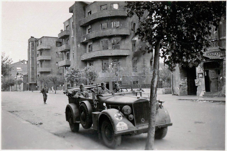 1941.  Возле дома _Героев Железного потока_