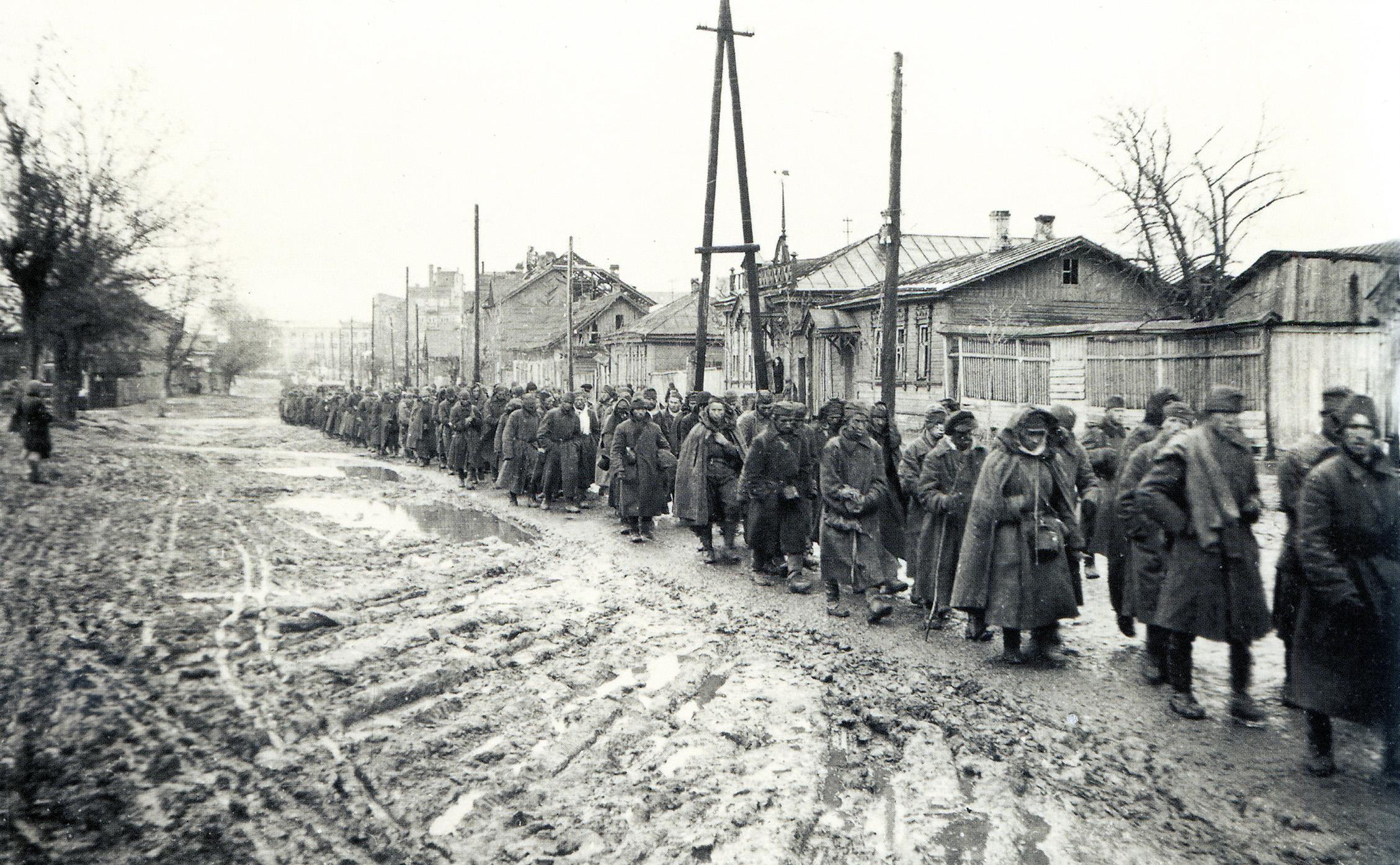 1941.  Колонна советских военнопленных движется в лагерь Дулаг-126