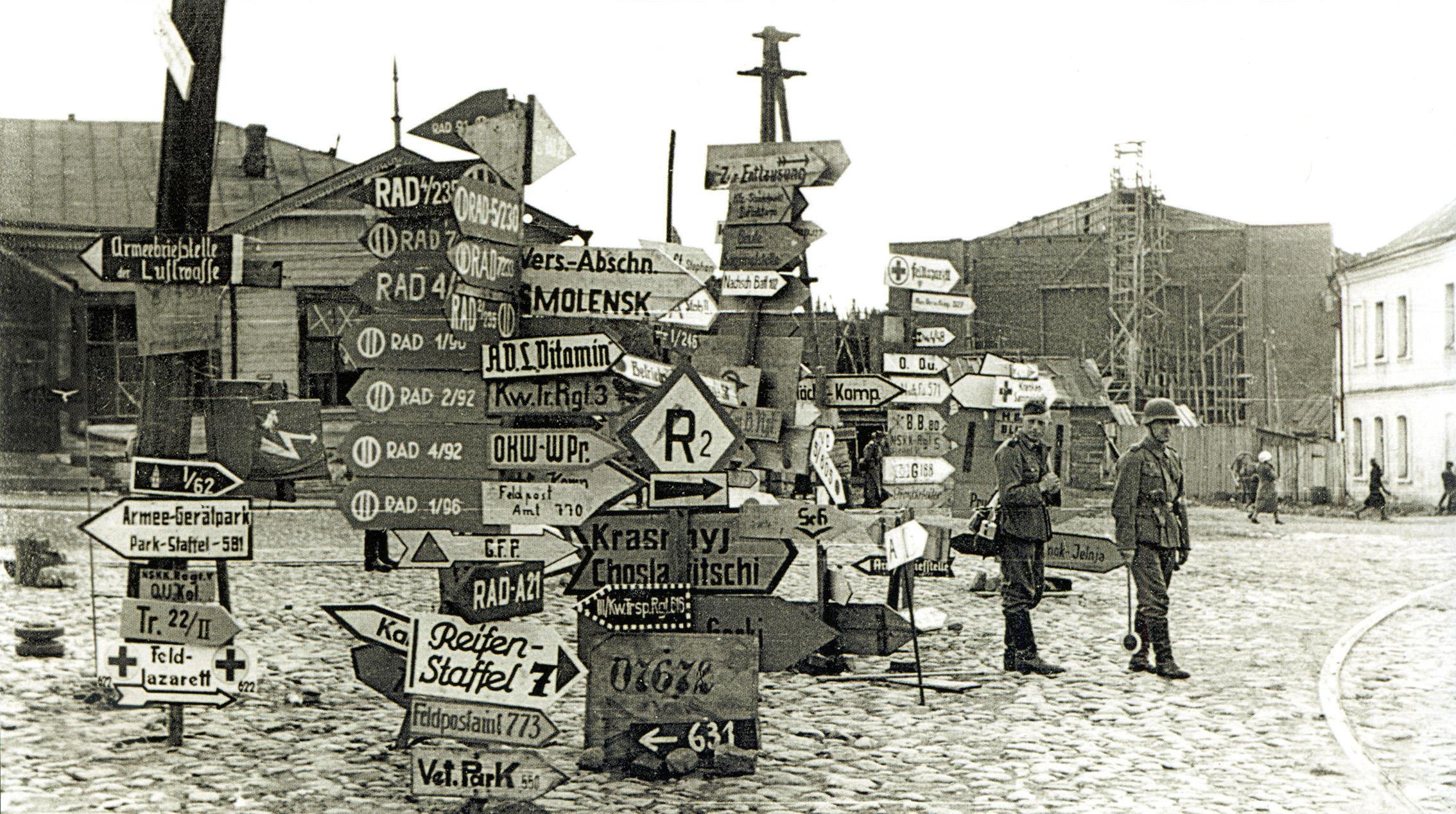 1941. Немецкие указатели на площади Смирнова