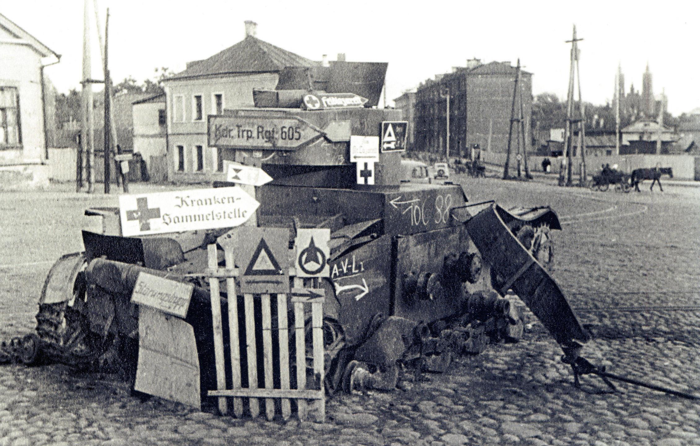 1941. Подбитый Т-26 с немецкими указателями на площади Смирнова