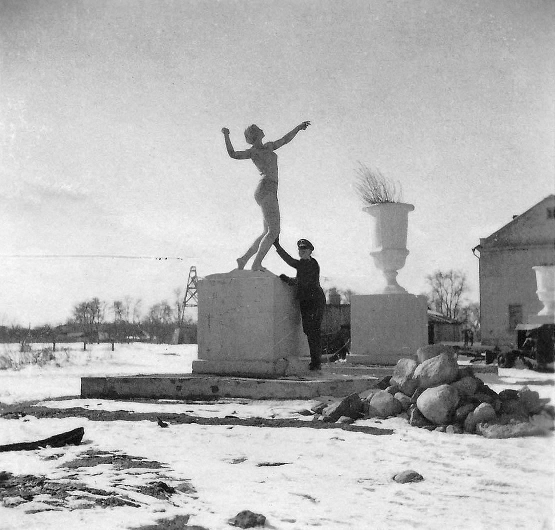 1941. У входа в ПКиО