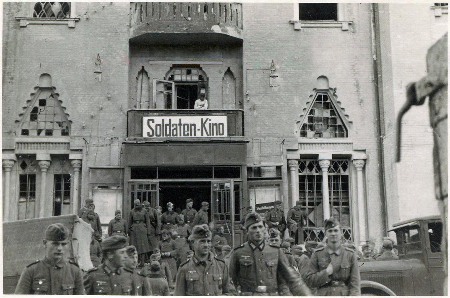 1941. У входа в солдатский кинотеатр (бывшая Хоральная синагога)