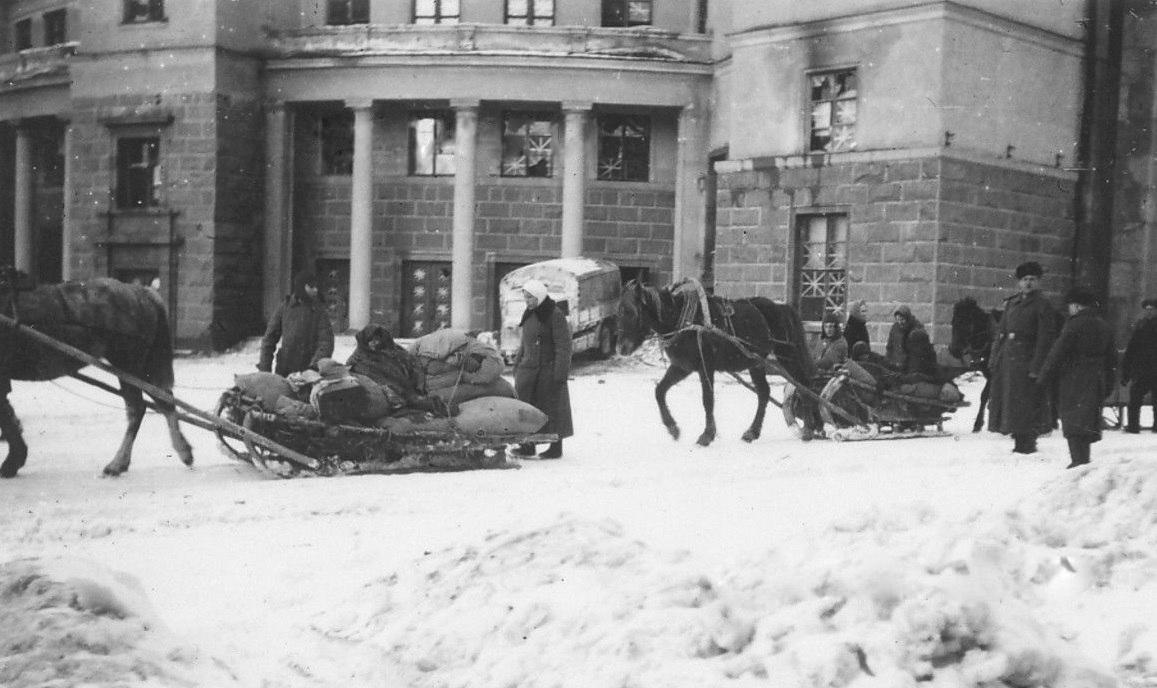 1941. У Драмтеатра