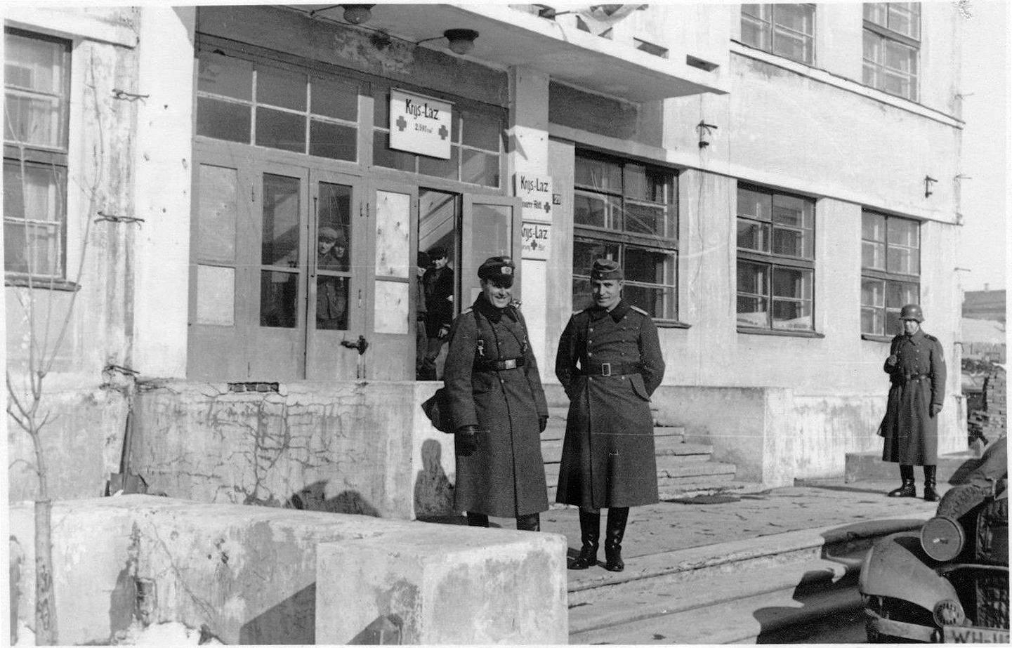 1941. У подъезда бывшего Управления Западной железной дороги