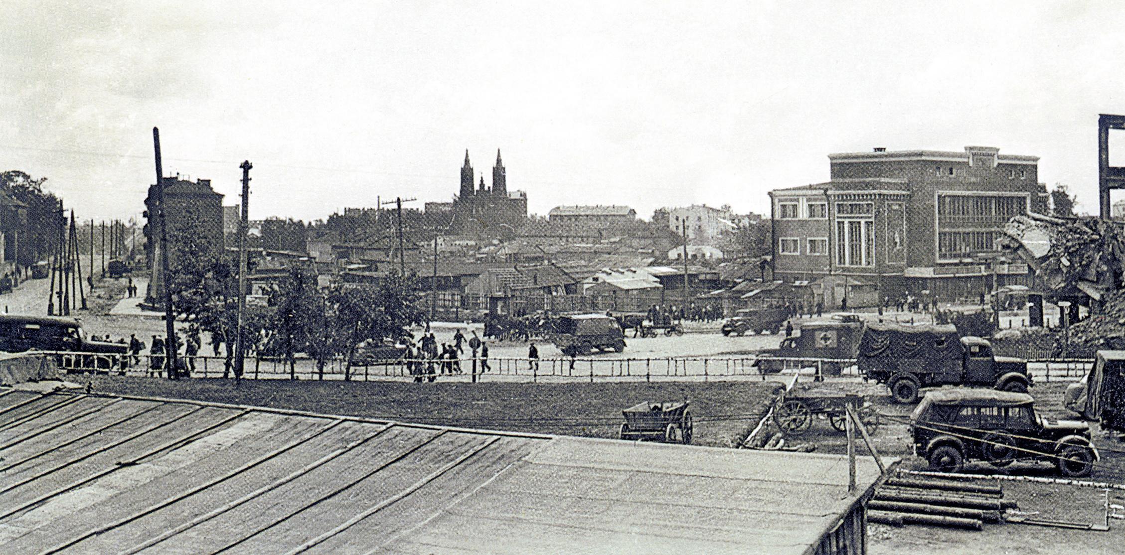 1942. Вид на площадь Смирнова и здание Универмага