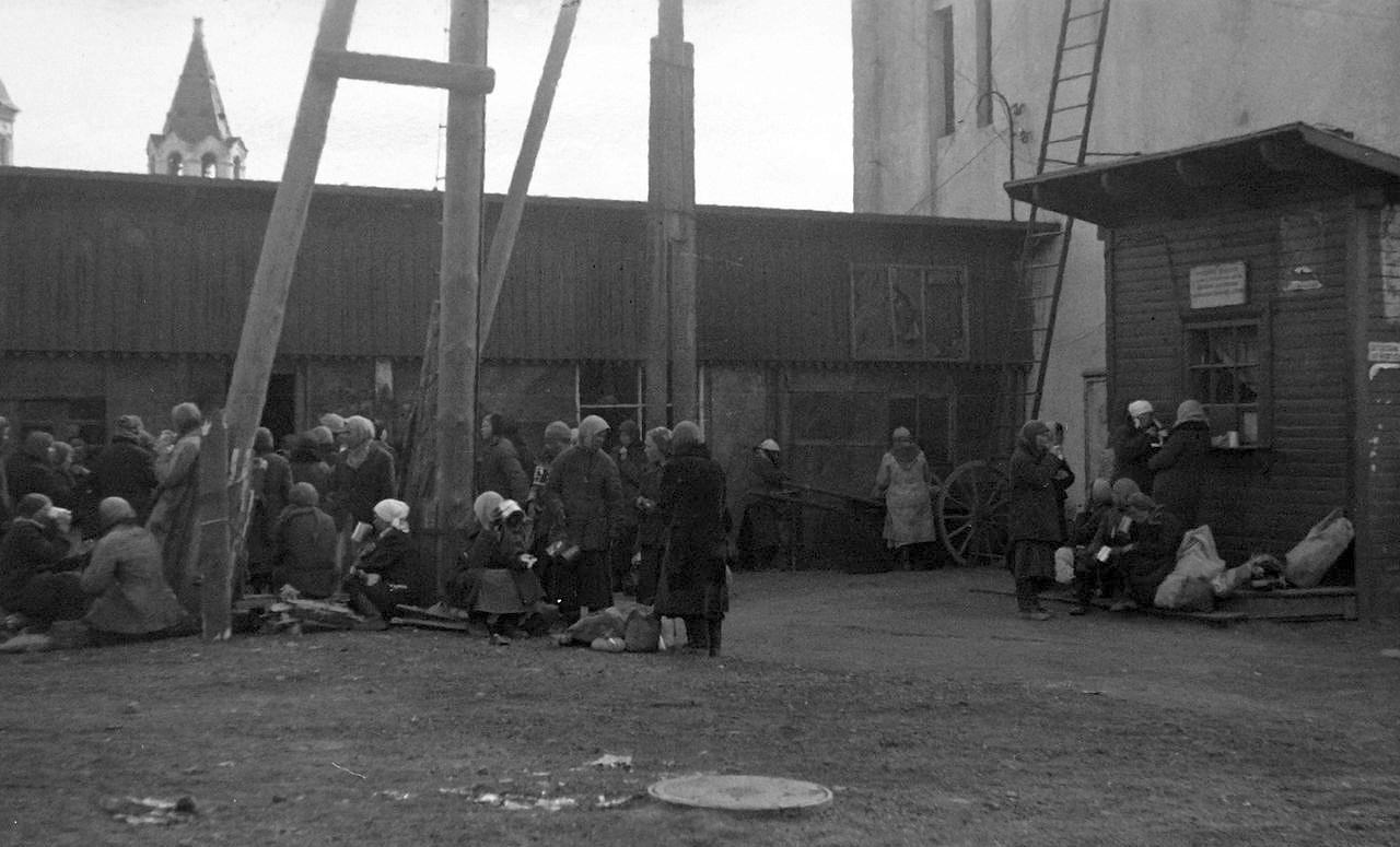 1942. Возле вокзала