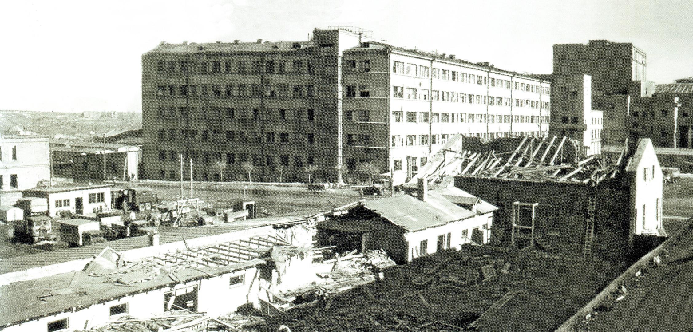 1942. Дом Советов и разрушенные дома на ул. Карла Маркса