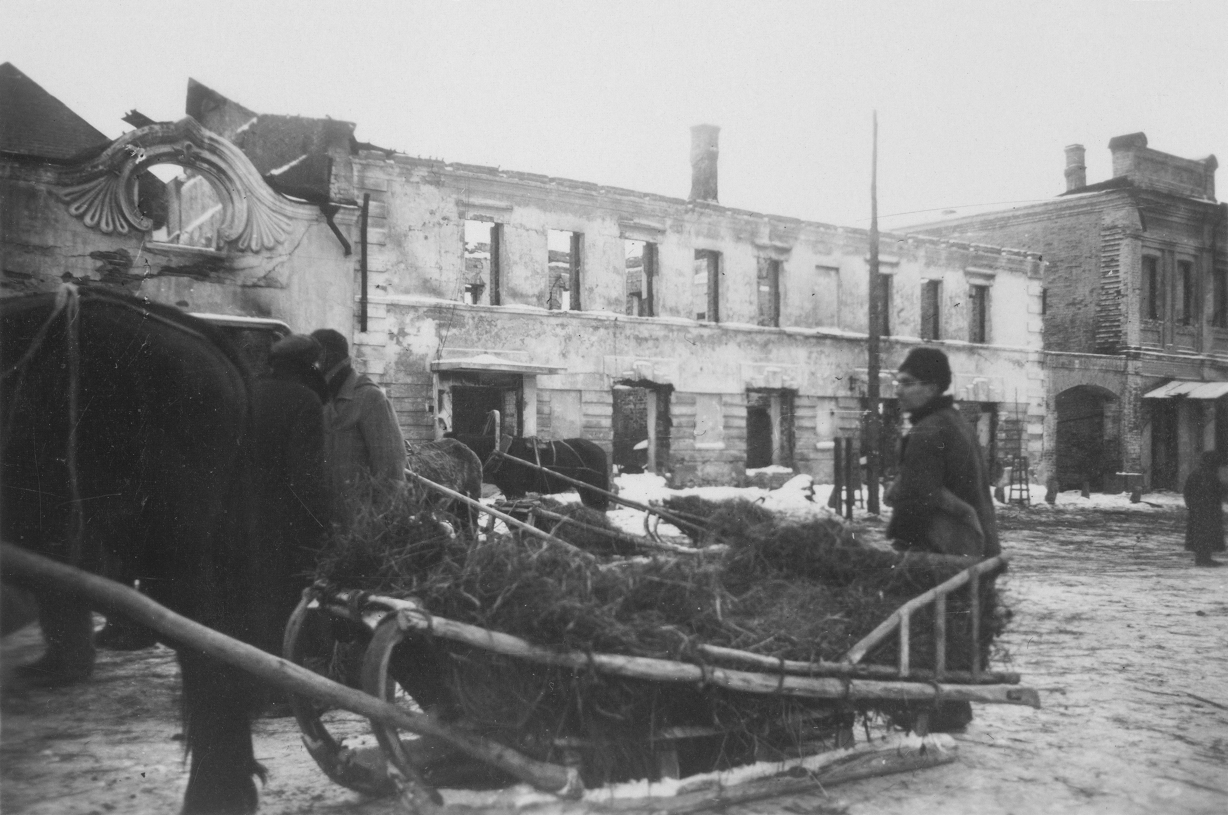 1942. Сани на Сенной площади