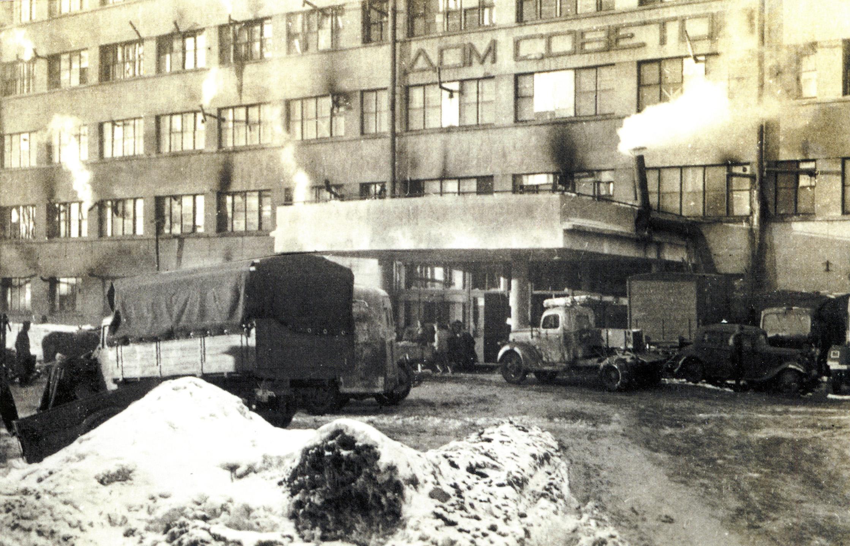 1942. У входа в Дом Советов