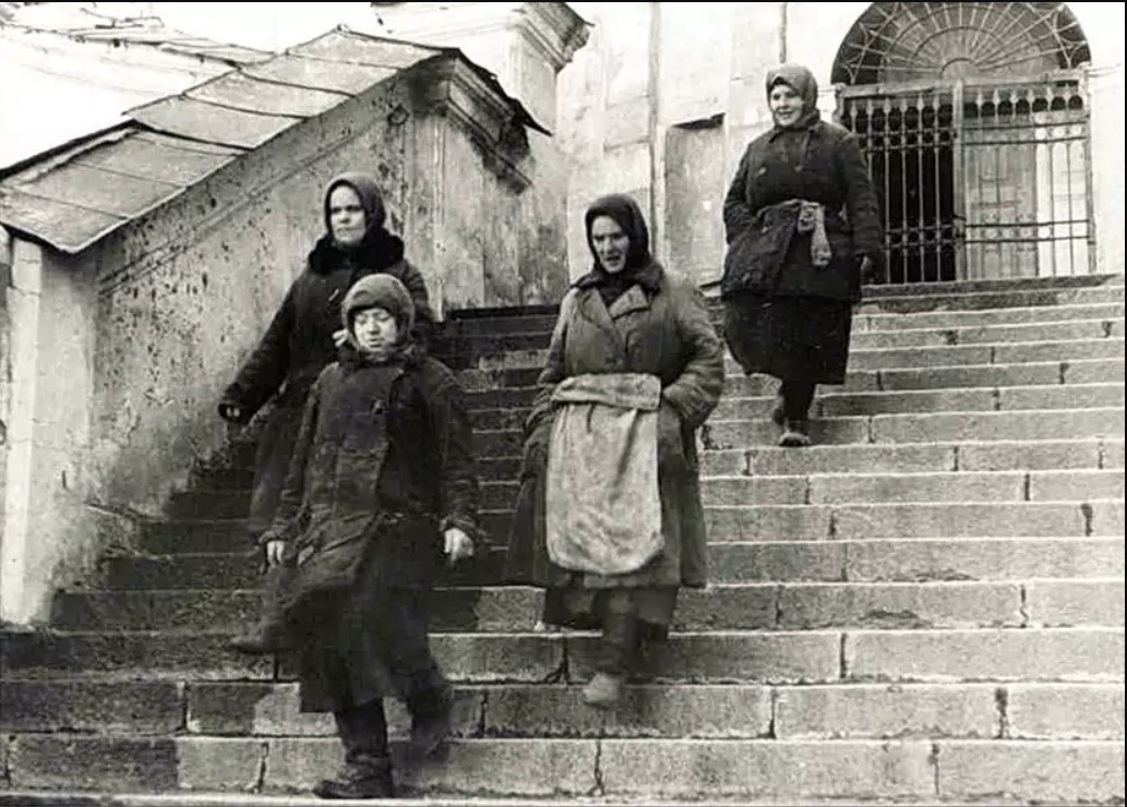 1943. На Соборной лестнице