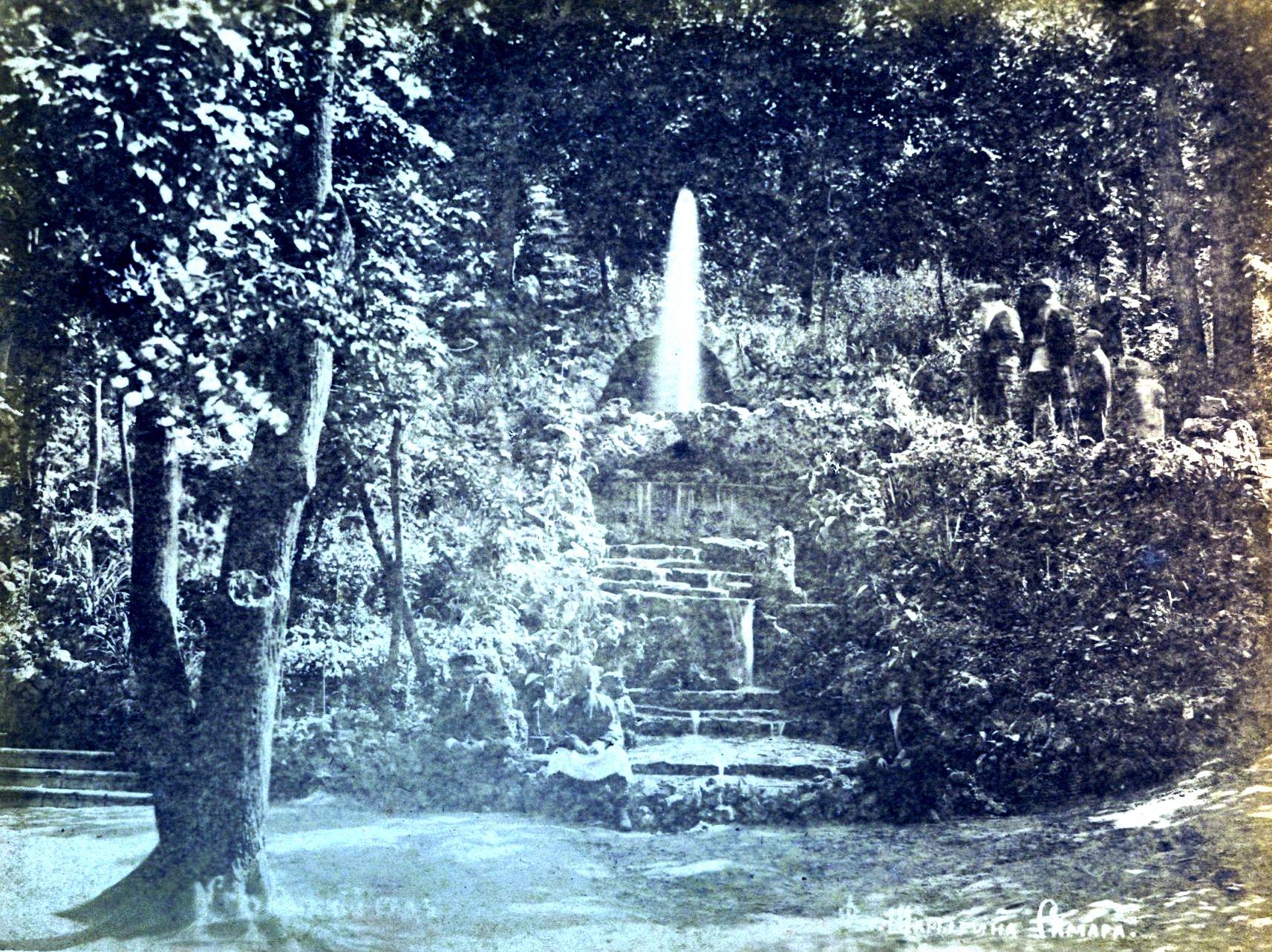 Грот и фонтан в саду