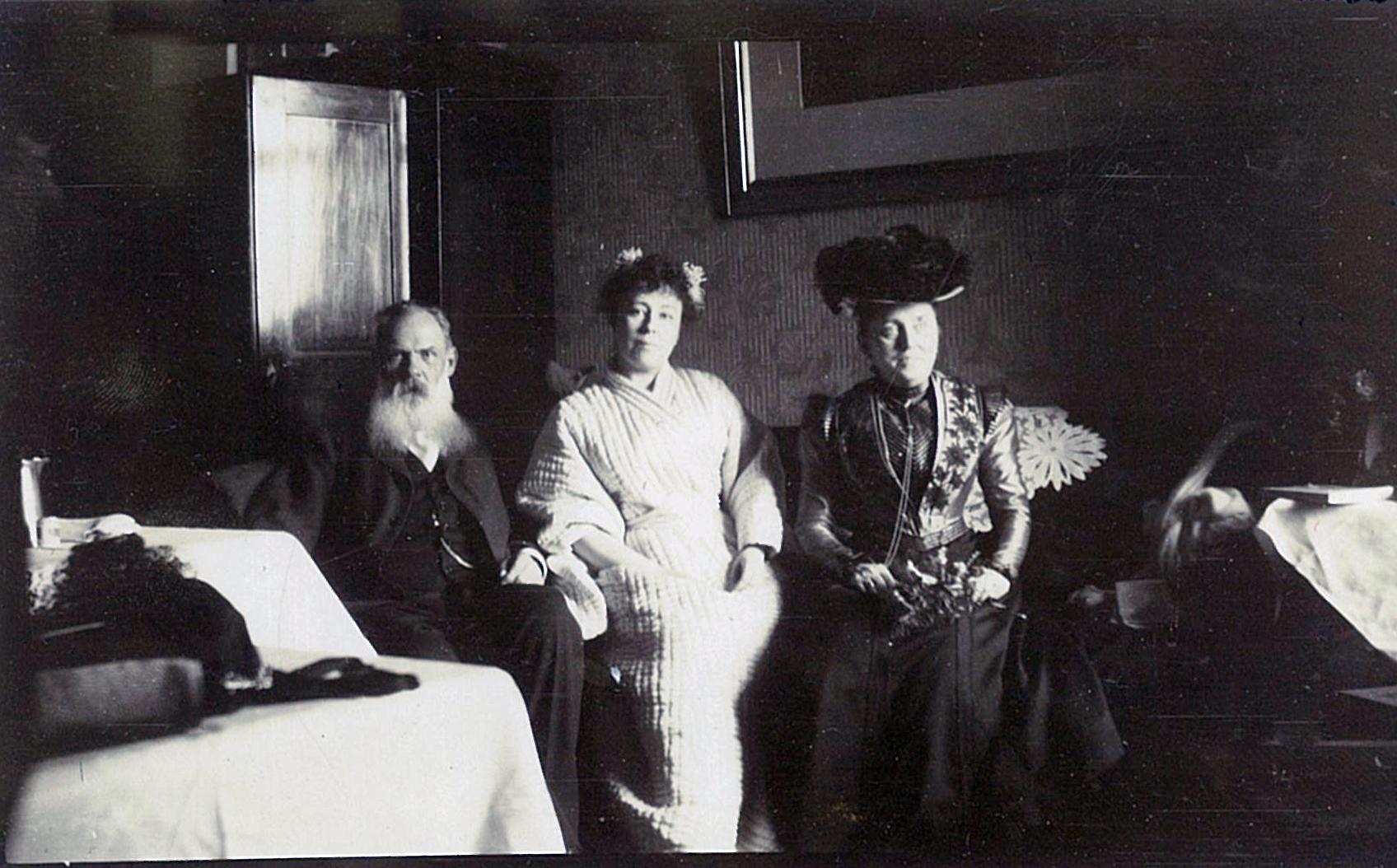 Лидия Маркс (в будущем Всеволожская, сидит в центре) со своим первым мужем Адольфом Фёдоровичем Марксом